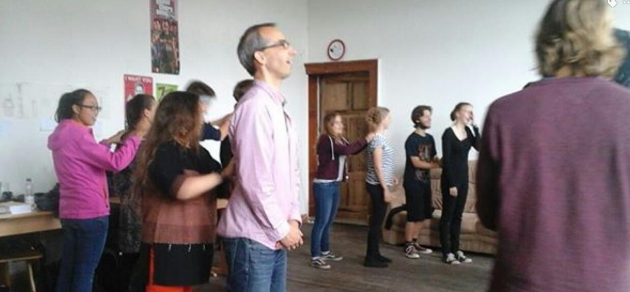 Sibirskaya-shamanka-posetila-nemetckuyu-shkolu